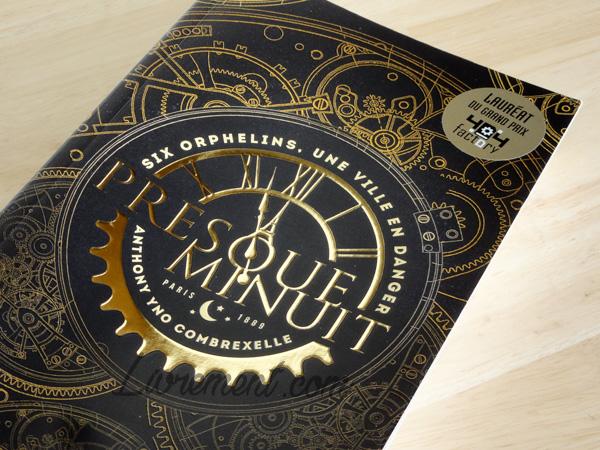 Le logo du livre Presque Minuit d'Anthony Combrexelle est une horloge steampunk dorée