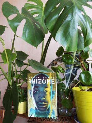 Le roman Rhizome pris en photo parmi les plantes