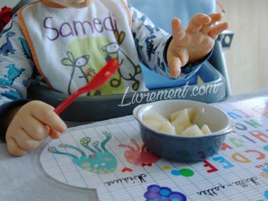 Petites mains d'enfant au goûter
