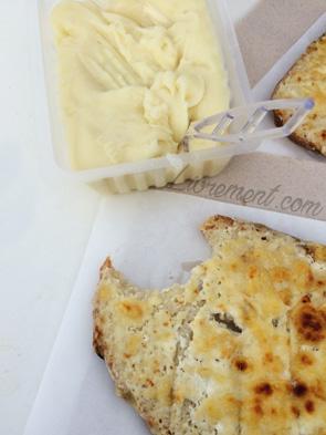 Aligot et tartine au fromage mangés au marché de Noël