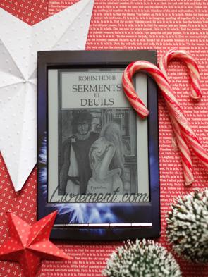 Mise en scène dans les couleurs de Noël - blanc et rouge - du roman Serments et Deuils de Robin Hobb