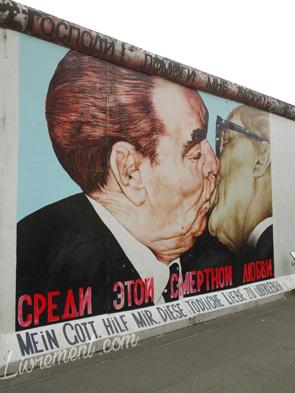 Graffiti représentant le baiser de l'amitié entre Honecker et Brejnev