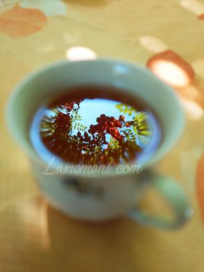 Reflet végétal dans le thé d'une tasse