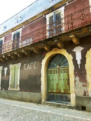 Vieille devanture d'un ancien café dans le Lot
