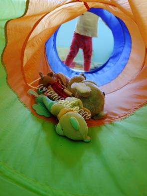 Peluches dans le tunnel d'un enfant
