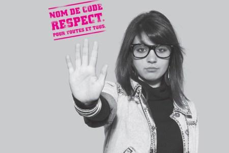 Photographie tirée du manuel «N'insiste pas!» présentant une jeune fille tendant la main ouverte en avant, en signe de refus.