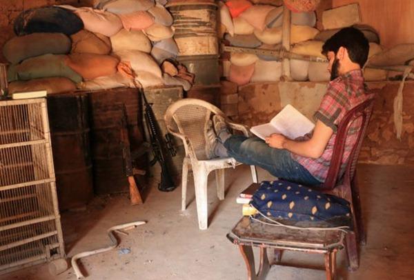 Omar et certains combattants emportent des livres sur la ligne de front