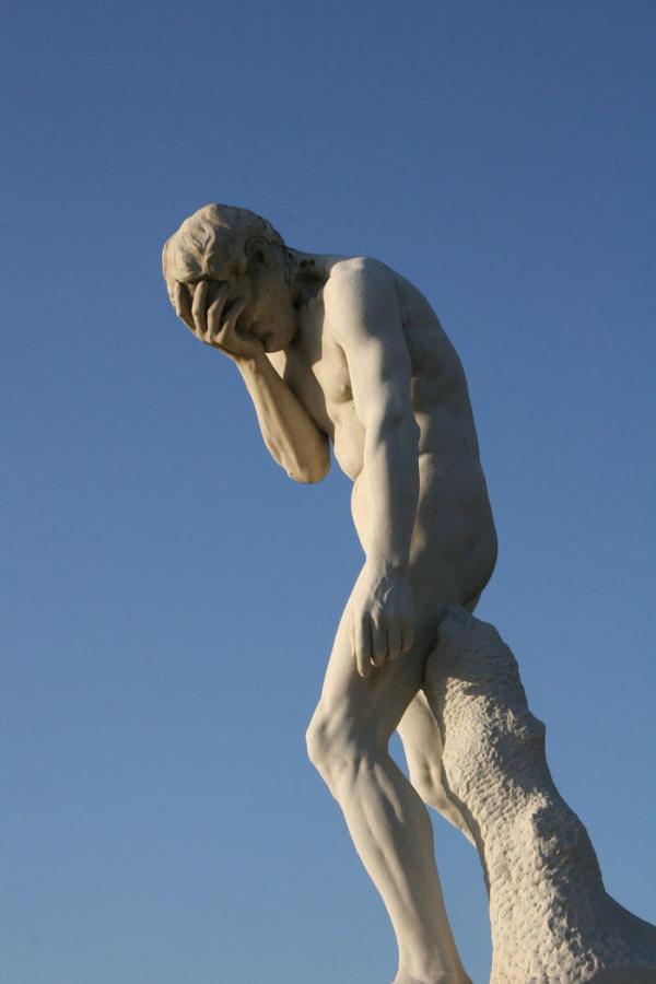"""La posizione ricorda quella del """"Caino di ritorno dopo l'uccisione di Abele"""" di Henri Vidal."""