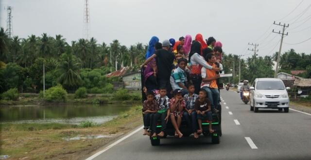Kalau orang kampung saya traveling ya seperti ini. Rame-rame di satu mobil pick up. Jangan ditiru ya, bahaya!