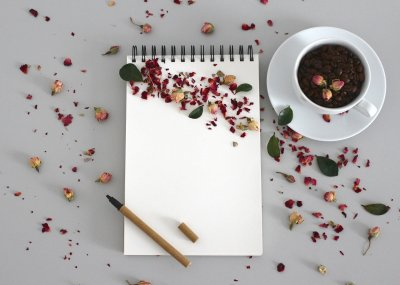 libreta-blanco-lapiz-flores-cafe