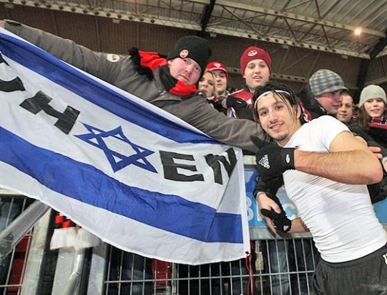 Almog Cohen mit einer israelischen Fahne – während seiner Zeit beim 1. FC Nürnberg noch keine Gefahr