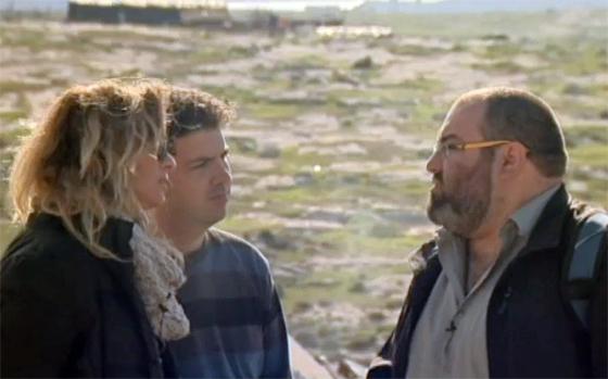 Yehuda Shaul (rechts), einer der führenden Köpfe von »Breaking the Silence«, erklärt, was er für Kriegsverbrechen der israelischen Armee hält (Screenshot aus dem Filmbeitrag von »HaMakor«)