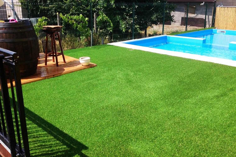 Giardini con erba sintetica un giardino comune a zero spese con