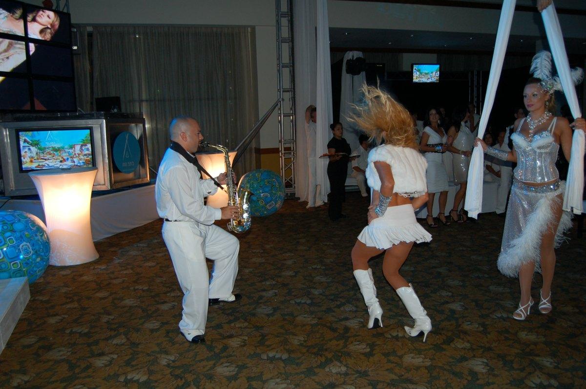 Nikki Beach Tegucigalpa Party dj dancing