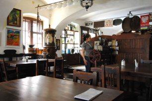 Здесь действительно можно найти все что угодно: от масляных ламп до древнего автомата для продажи кофейных зерен