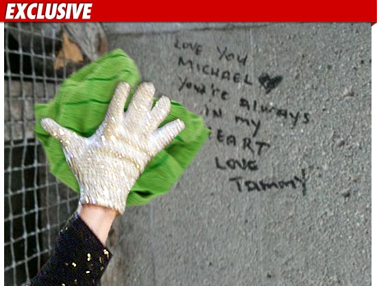 0713_michael_jackson_tomb_glove