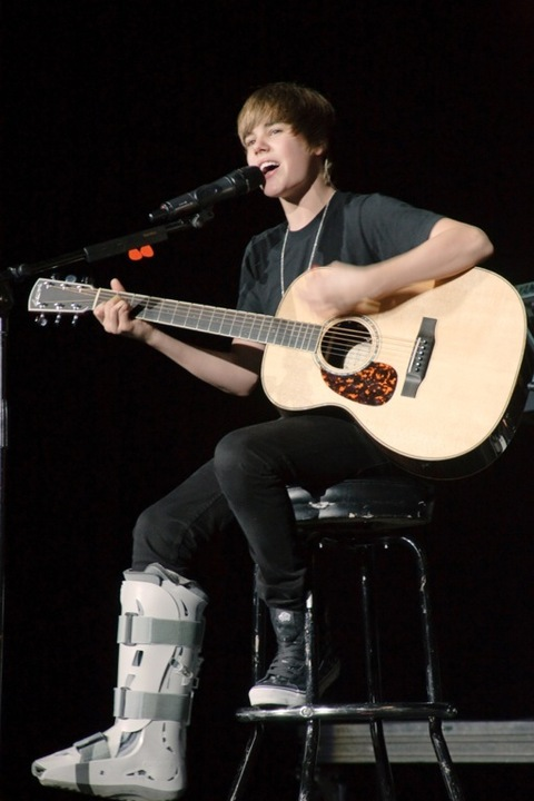 Justin Bieber And His Guitar | Photo 3 | TMZ.com