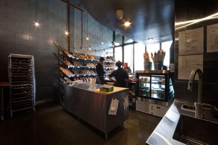 Comptoir sandwich derrière le comptoir de vente à la boulangerie Guillaume. Design L. McComber architecture vivante.