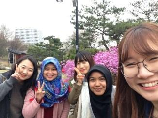 Bersama roommate Hyeonji, dan temannya Hyeonji, Nahyeon and Sinho