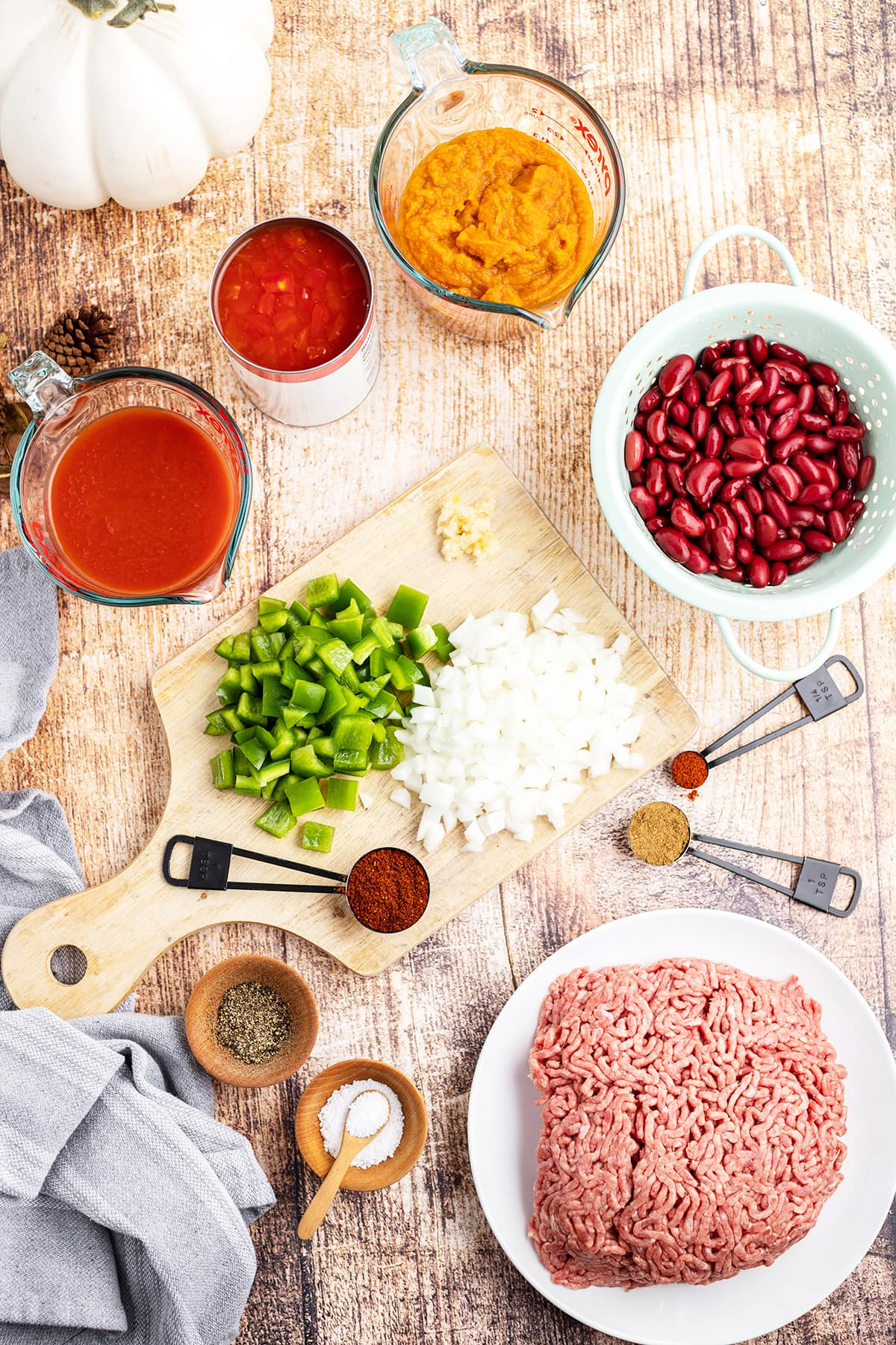 The ingredients needed to make pumpkin chili.