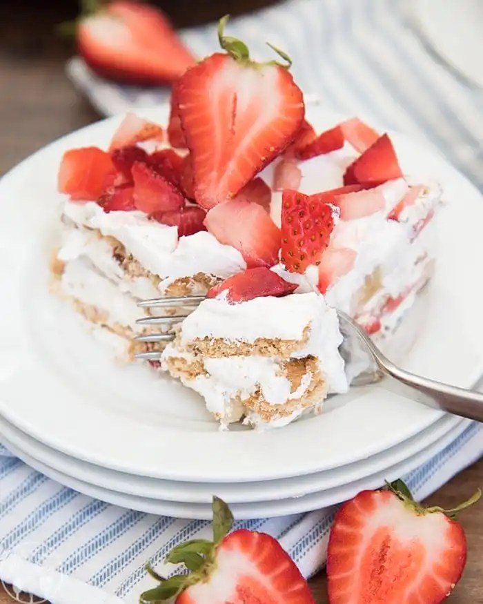 This strawberry icebox cake is the perfect no bake dessert with layers of strawberries, whipped cream, and graham crackers! Its a perfect summer dessert!
