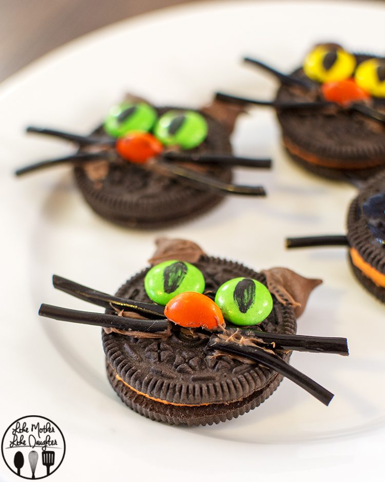 Oreo Cat Cookies - These little cute kitties are easy to make and are the perfect Halloween treat!