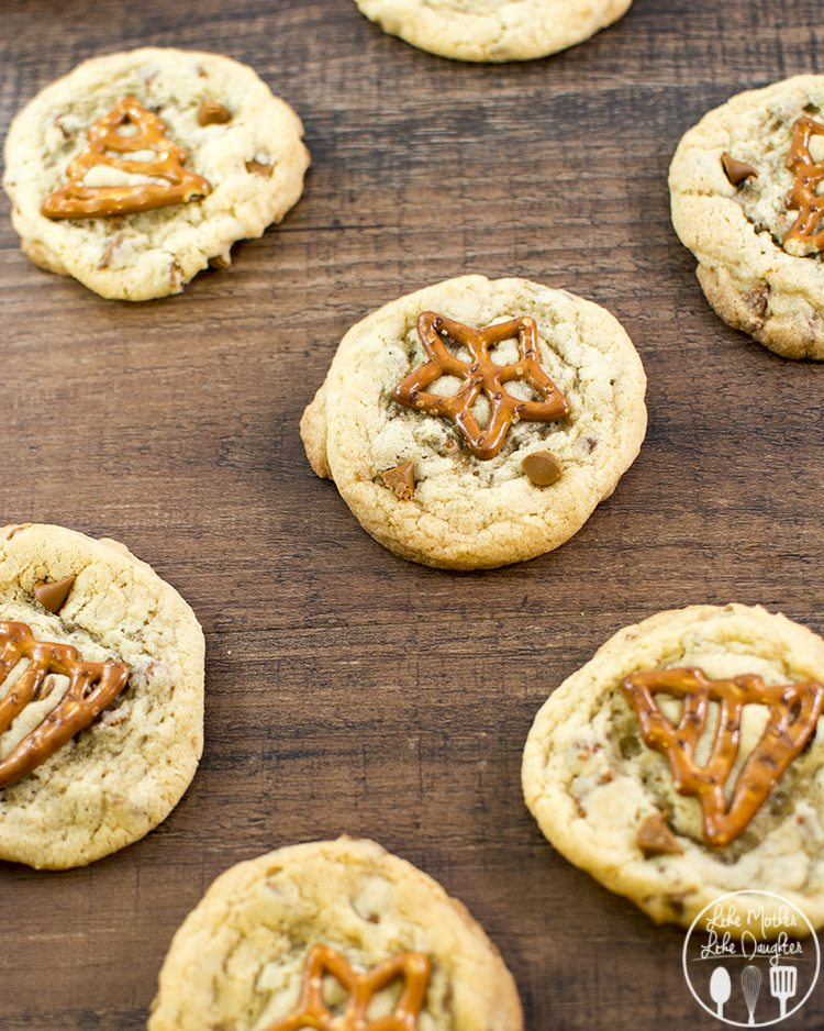 Cinnamon Chip Pretzel Cookies - these simple cookies are filled with little bites of cinnamon goodness and topped with a pretzel for a tasty sweet and salty cookie!