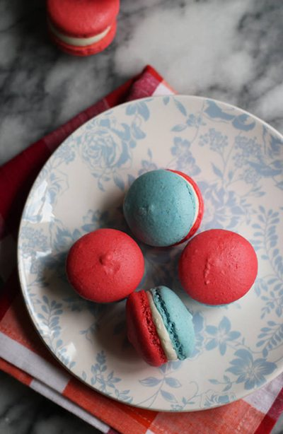 red-white-and-blue-macarons