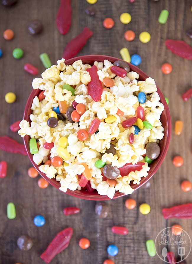 Movie theater popcorn mix - this simple popcorn mix combines the best movie theater treats, of popcorn and candy to have a delicious treat for a movie night at home!
