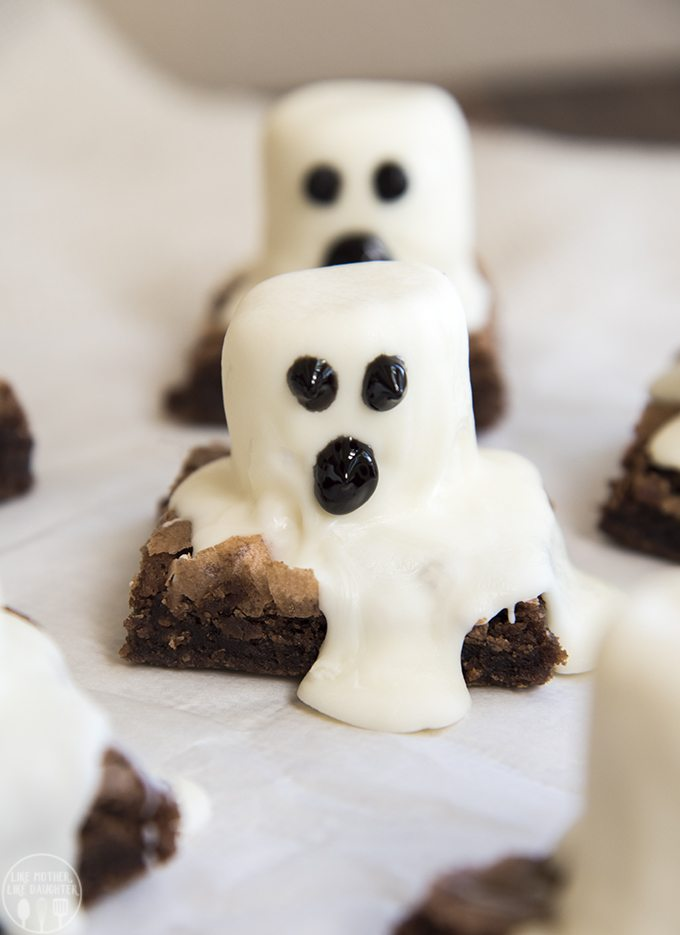 Ghost Brownies - These spooky Halloween Ghost brownies are so easy to make for a fun Halloween treat!