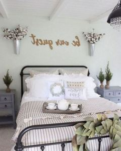 16 Comfy Farmhouse Bedroom Decor Ideas 18