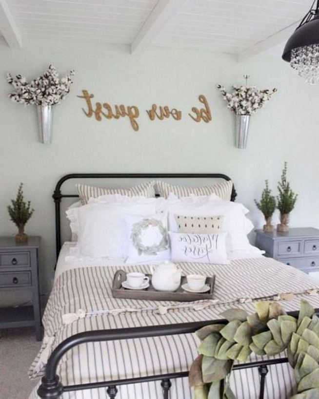 16 Comfy Farmhouse Bedroom Decor Ideas 18