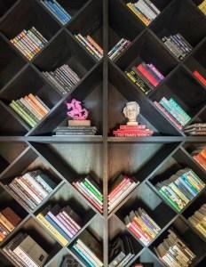17 Bookshelf Organization Ideas – How To Organize Your Bookshelf 20