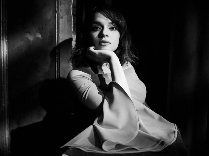 """ノラ・ジョーンズ、ウィルコのジェフ・トゥイーディーとのコラボによる新曲""""Wintertime""""が公開"""