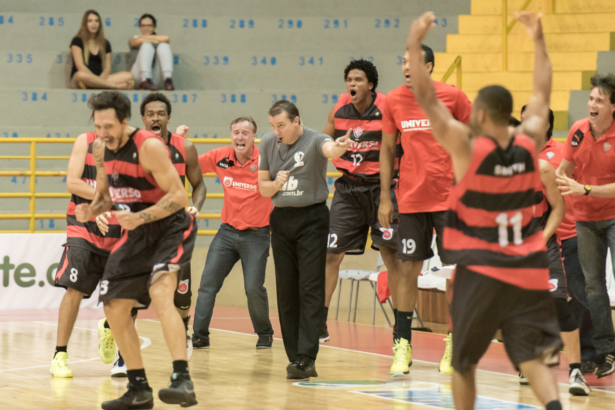 Celebrando la canasta ganadora (Foto: Newton Nogueira/Divulgaçao)