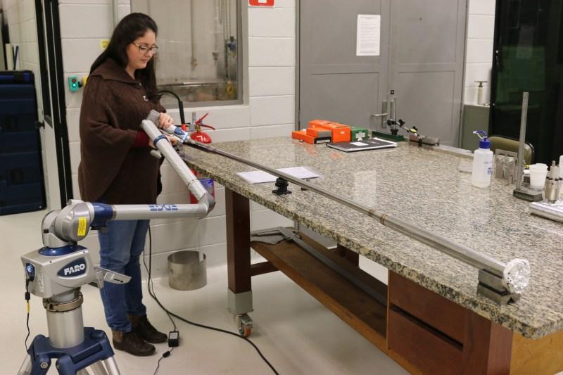 Funcionária do Grupo de Vácuo do LNLS realiza a avaliação dimensional de uma das câmaras.
