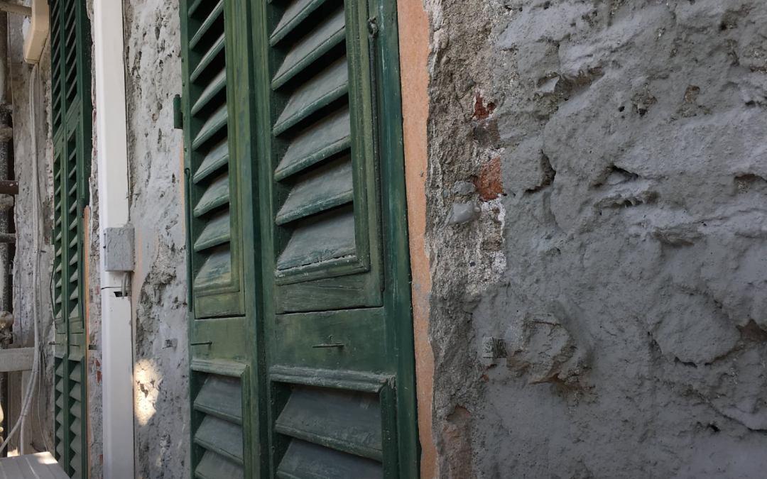 Risanamento e conservazione per le facciate di questo edificio a Capolungo, Geno…