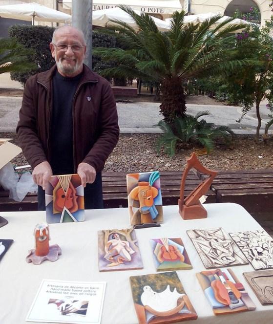 Artesano presenta sus cuadros de barro. Foto: Geraldine Gabasa