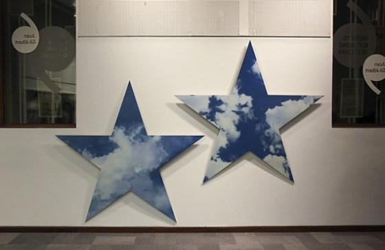 """Estrellas un elemento presente en las obras de la exposición """"Principia"""". Foto: Roberto López"""