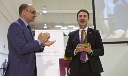 """Miguel Lorente recibe """"Premio Igualdad 2018"""" de manos del rector de la UA Manuel Palomar"""