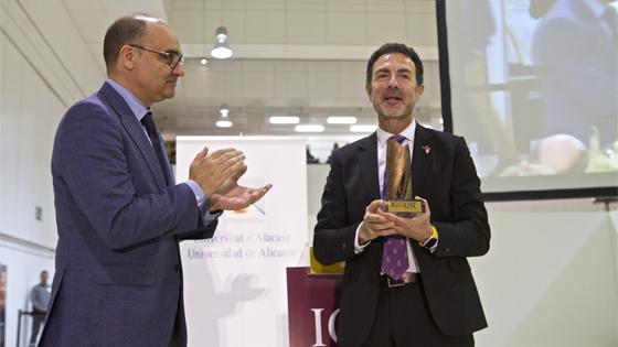 Miguel Lorente recibe «Premio Igualdad 2018» de manos del rector de la UA Manuel Palomar