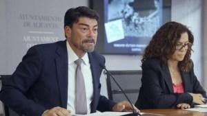 El alcalde Luis Barcala, con la concejal de Cultura, en la rueda de prensa.