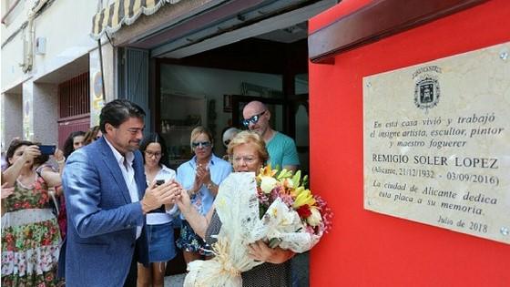Alacant ofereix un homenatge a l'artista Remigio Soler al costat de la seua casa en Benalúa
