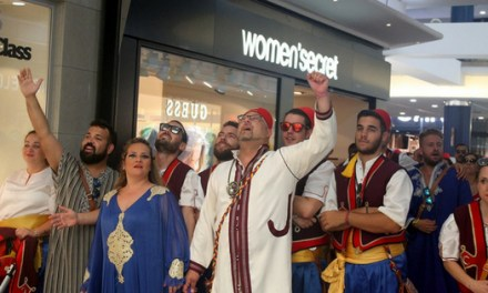 La Comparsa 'las Huestes del Califa' lleva el ambiente de las fiestas de elche a l'Aljub