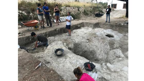 El hallazgo de un nuevo silo en la Cova de les Bruixes revela que la zona funcionaba como despensa de cereales de los pobladores islámicos de El Poble Nou de Benitatxell
