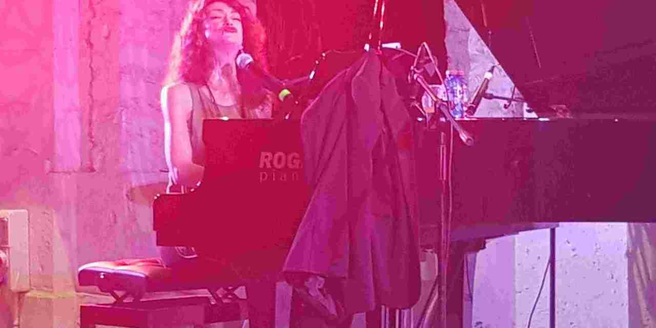 Carmen Paris en un concert cantat i explicat a Casa Mediterráneo
