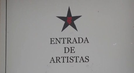 Entrada de artistas y salida de visitantes de la jornada