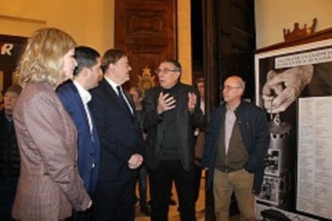 Ximo Puig visita a Alcoi l'exposició sobre Francisco Aura