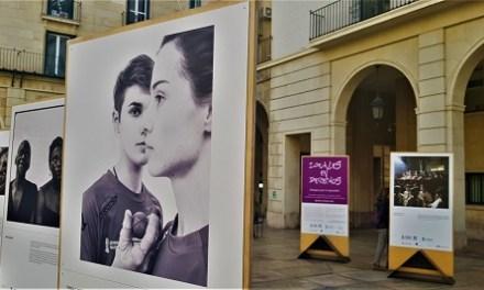 """L'exposició """"Iguals en drets"""" sobre la igualtat o desigualtat entre homes i dones en diferents escenaris"""