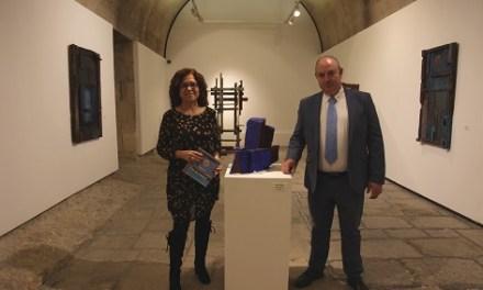 """La edil de Cultura de Alicante visita la exposición """"Mar de Madera"""" en el Castillo de Santa Bárbara junto al artista Frutos María"""